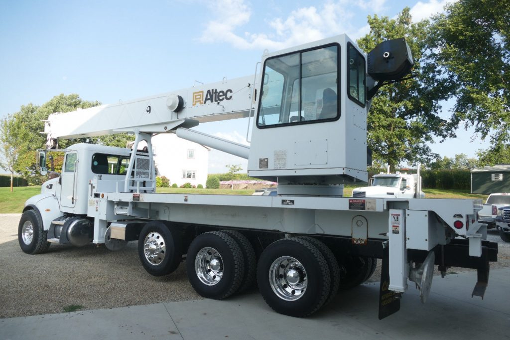 pretty clean 2007 Peterbilt 340 crane truck