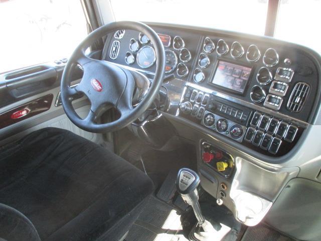 clean 2012 Peterbilt 389 truck