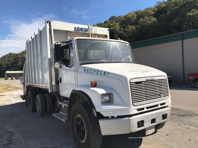 Garbage hauler 1999 Freightliner FL80 truck