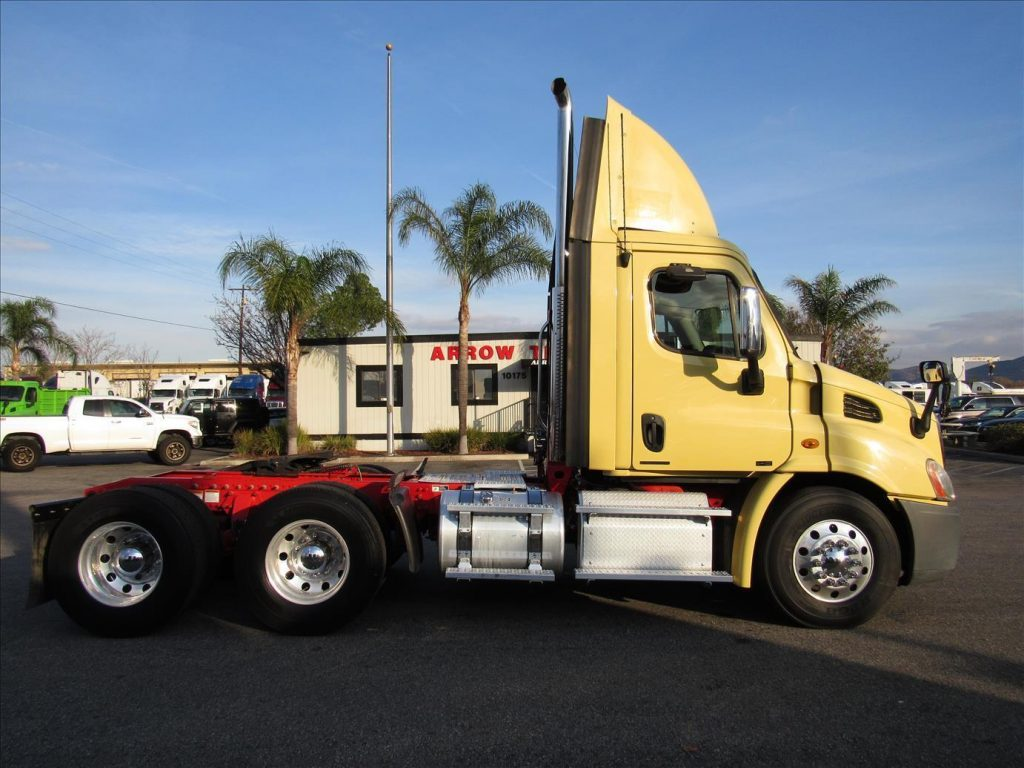 clean 2011 Freightliner Cascadia truck