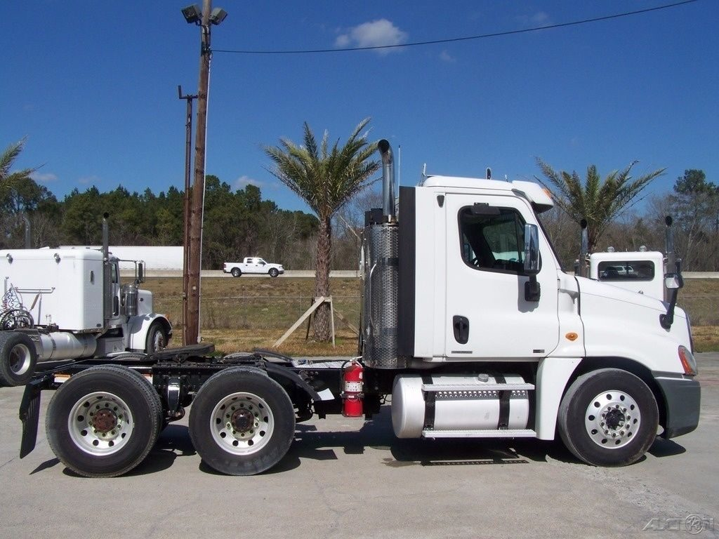 very clean 2011 Freightliner Cascadia CA125 truck