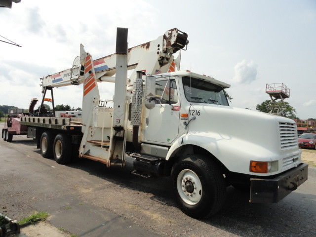 solid 1998 International 2674 crane truck