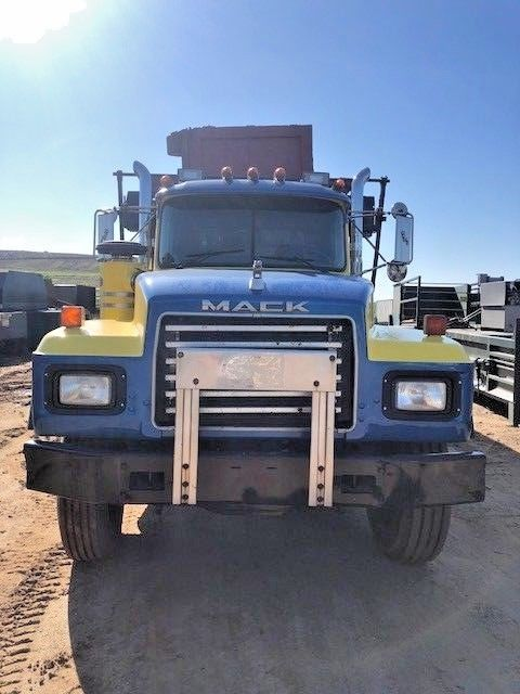 well maintained 1996 Mack RD 690 S truck