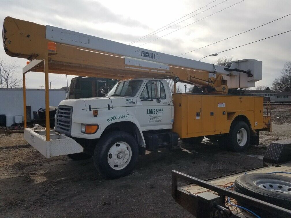 solid 1997 Ford Bucket truck