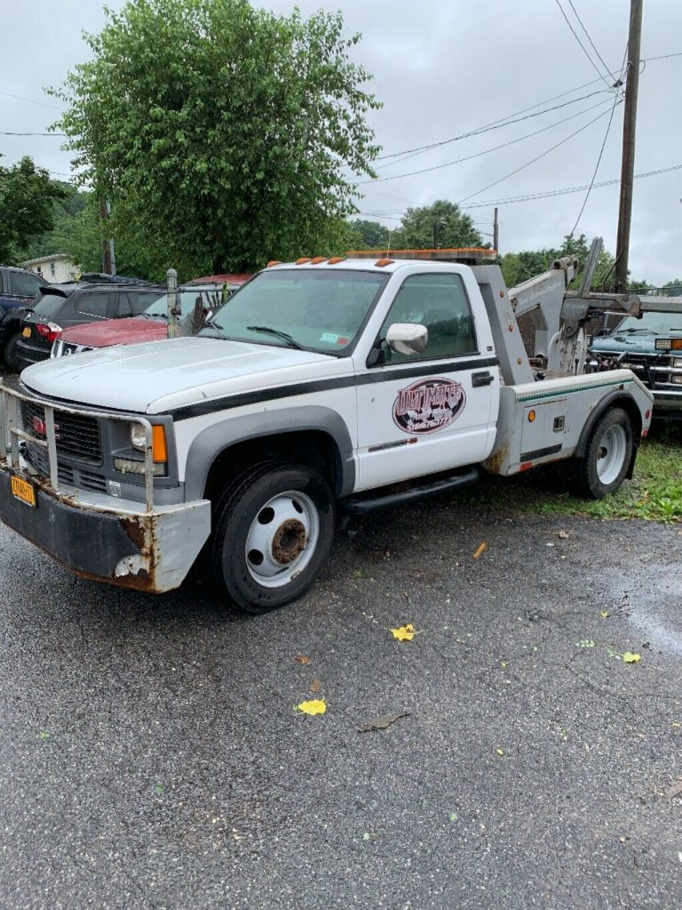well maintained 2000 GMC wrecker tow truck