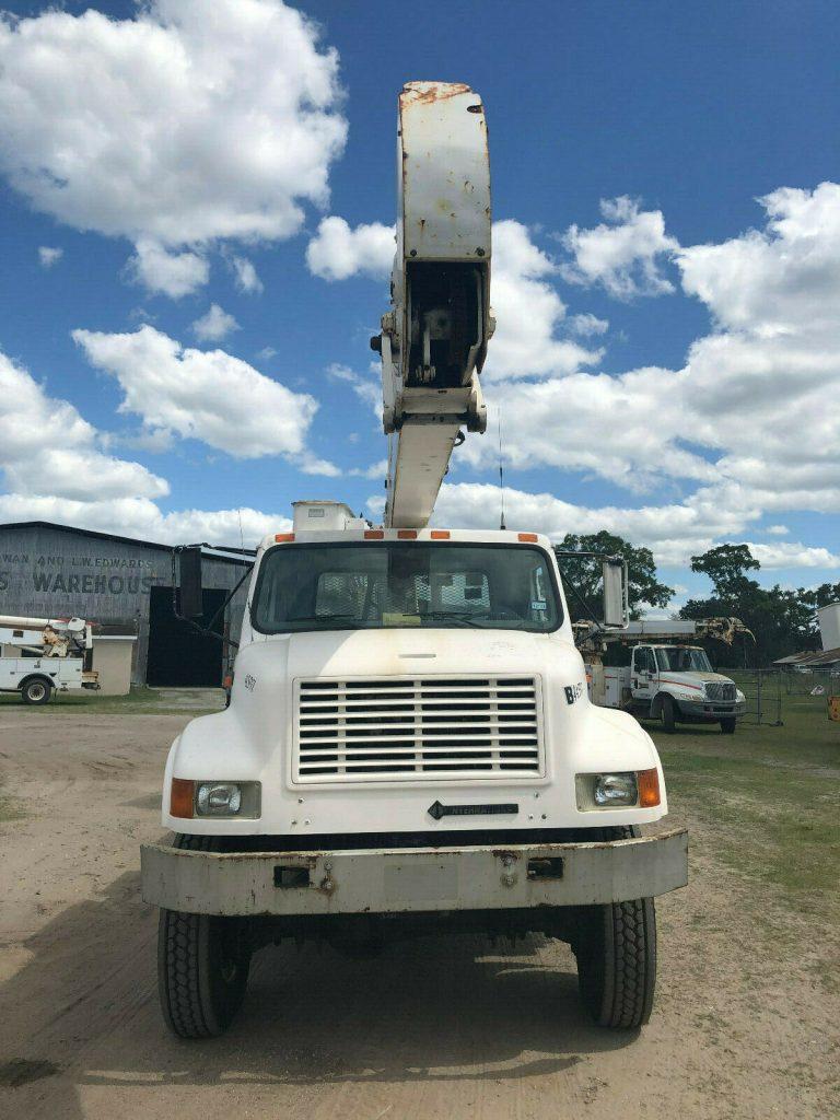 low miles 2000 International 4800 Bucket Boom Truck