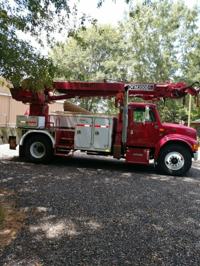 low miles 2000 International 4900 Digger truck