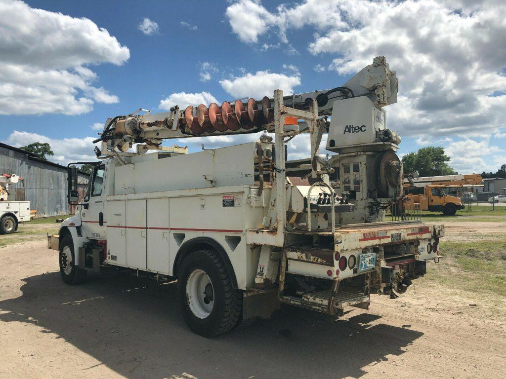 digger 2003 International 4400 truck